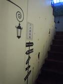 2012.07.20 宜蘭彩繪森林民宿:要上樓,還有一堆貓咪陪著你上樓梯呢!