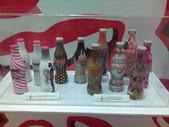 100.09.13 可口可樂125週年展@新光中山店13F:各國名牌設計瓶身