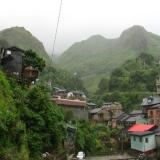 台北-白天:爬在山上的民宅
