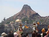 2009出發去東京DAY3:後面的火山不停的有遊樂設施掉下來
