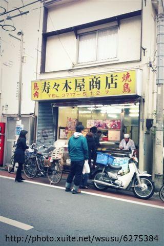 【2013東京賞花】 Day2:路上聞到好香的串燒味,也被吸去買了幾串嚐嚐,老闆還會幾句簡單的中文 很可愛