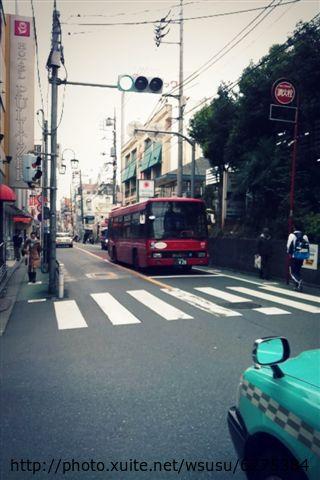 【2013東京賞花】 Day2:是想拍紅色公車(沒記錯那應該是自由之丘的循環公車)